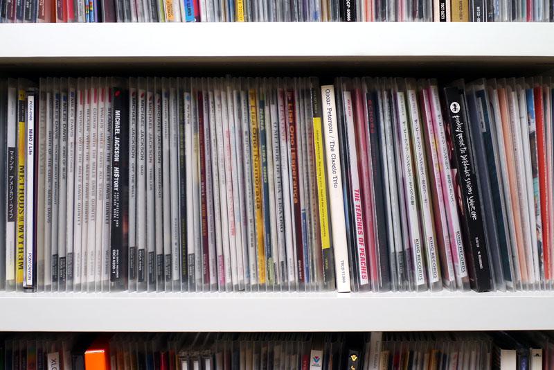 メディアパスに収納したCD/DVDを棚に入れると、背表紙が極端に見づらくなる