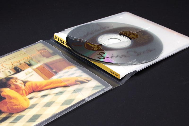 裏ジャケットの端=CDタイトルの視認性を重視して収納すると、CD出し入れ時にジャケット端とCD表面が擦れがち。まあ擦れても大した問題にはならないとは思うんですけどネ