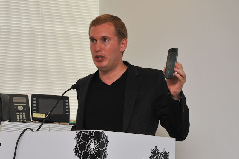 GALAXY Nexusを手にするGoogleのジョン・ラーゲリン氏