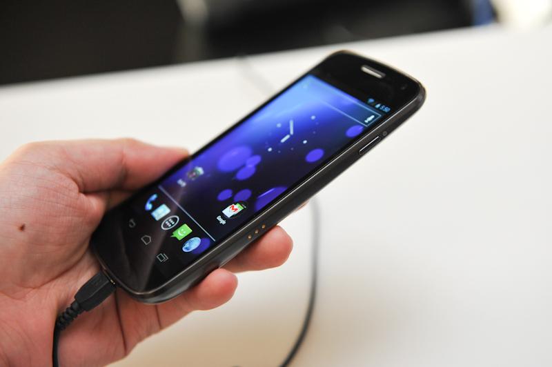 右側面には電源ボタン。「Nexus S」同様に、ディスプレイ面は下部が持ち上がるような、ゆるいカーブを描いている