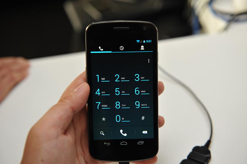 電話発信画面。OS全体を通して、蛍光気味のブルーグリーンが目を引くデザインになっている