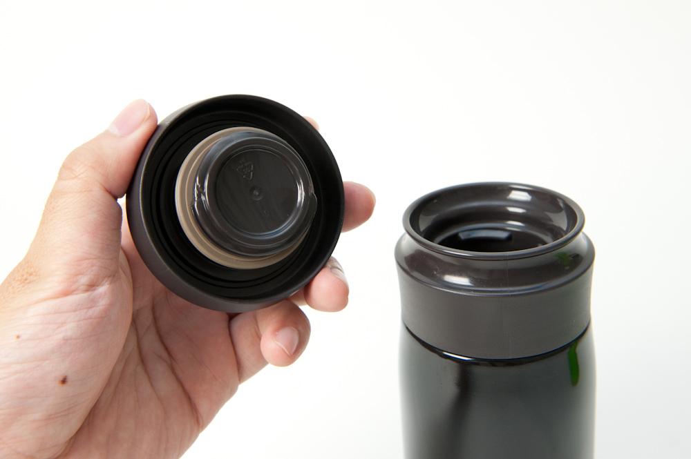 「JMZ-350」はフタを取り外して飲むタイプ。180度(半回転)で取り外せるのは楽だ