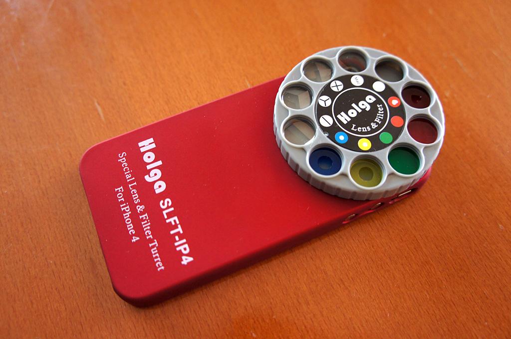 「Holga iPhone Lens Filter Kit」。レンズを備えた大きな円盤が思わず目を引く