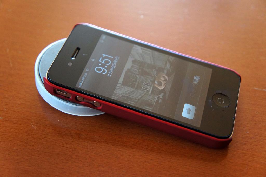 レンズ部の円盤がちょうどいい傾斜となり、置いたままでもiPhoneが使いやすい
