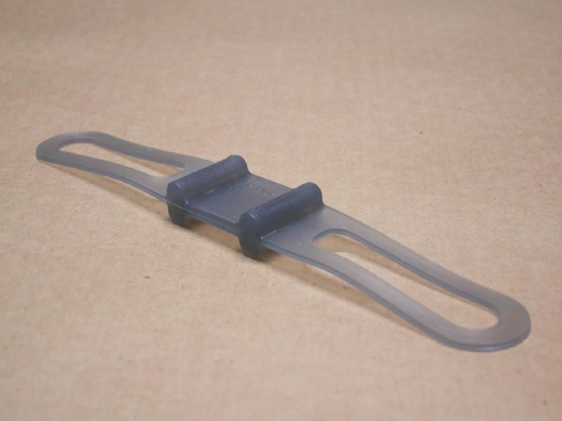 両端部の厚さは2mm足らずだが、強度は十分。非常に柔軟で30cm程度まで引き伸ばせる