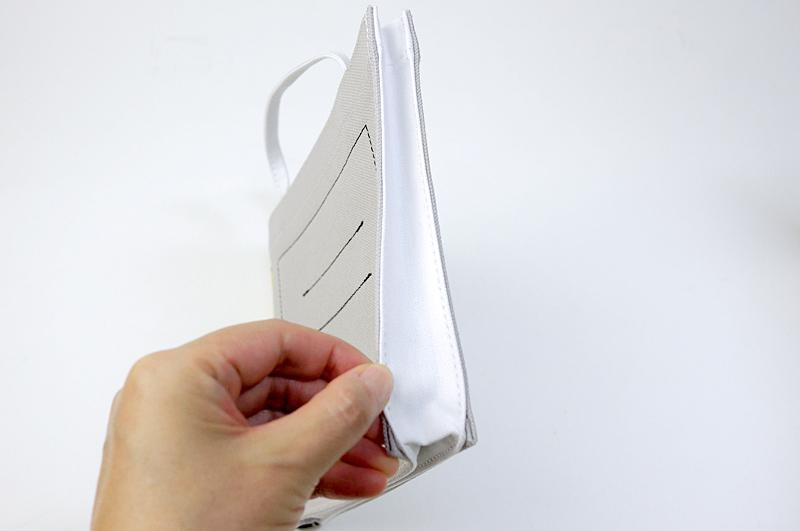 反対側は白く、ノートの紙が表現されていた