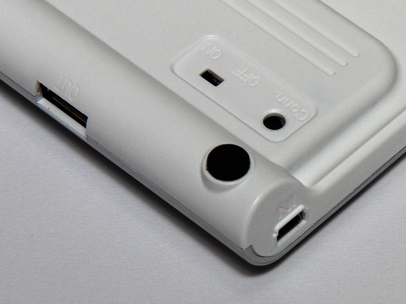 側面に充電と給電のコネクタ。背面のConnはペアリングボタン
