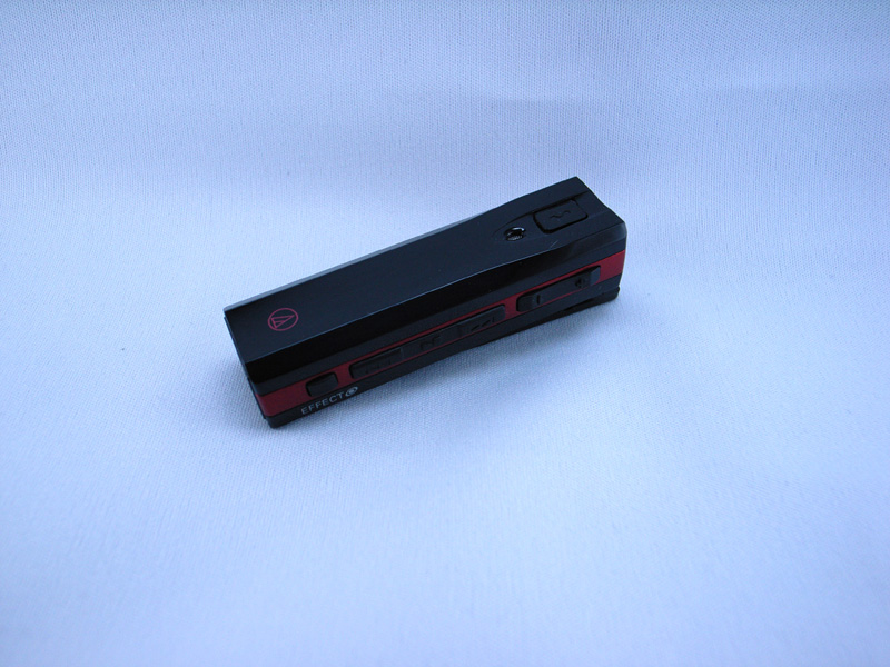 本体色は基本的に黒のみだが、限定色の赤の在庫があった。上部に通話ボタン、その下にマイクがある