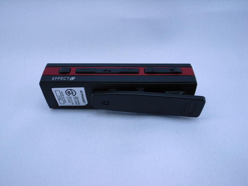 側面左からエフェクト変更、再生/曲送り/曲戻し、音量ボタンがある。背面には衣服などに止めるクリップ付き