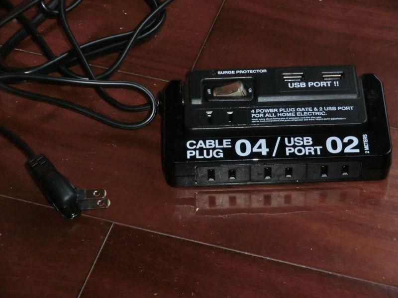 カセットテープのような外見。スナップキャップ式のプラグがありがたい