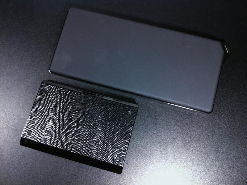 折り畳み式キーボードが廃止された事によりサイズは1.5倍程度横長になっている。また、表面処理もラバー張りのつや消しとなり、トップカバーがカスタマイズできた「DM20」とは外観的にも大きく異なるものになった