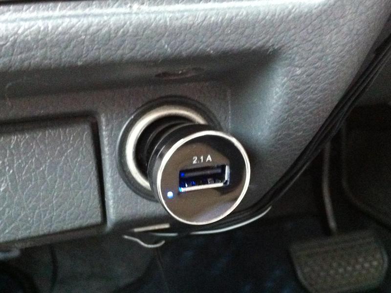 実際に、シガーライターソケットに装着するとこのようなイメージになる。USBソケットの左横に青色LEDのパイロットランプがある