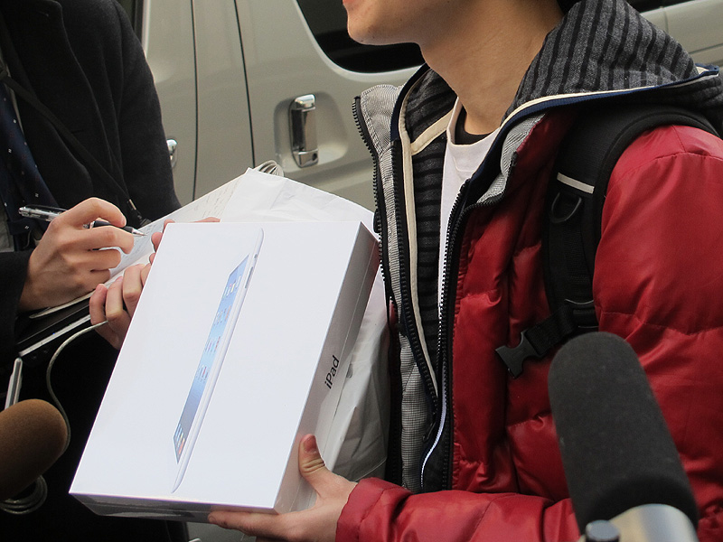 一番最初のユーザー。購入したiPadを手に取材に応じた