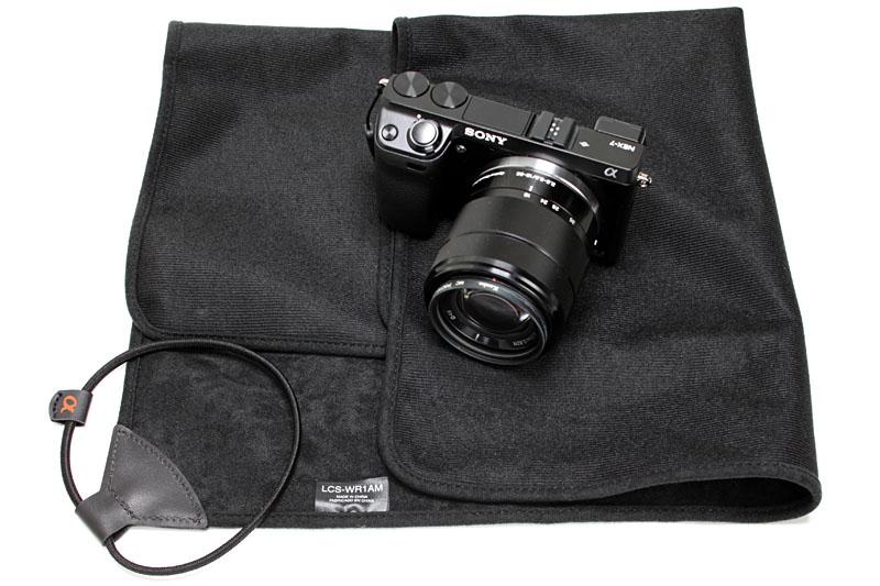 ソニーの「ラッピングクロス LCS-WR1AM」。約50×50cmのポリエステル布で、リング状のゴムコード付き。カメラを包む布ですな。