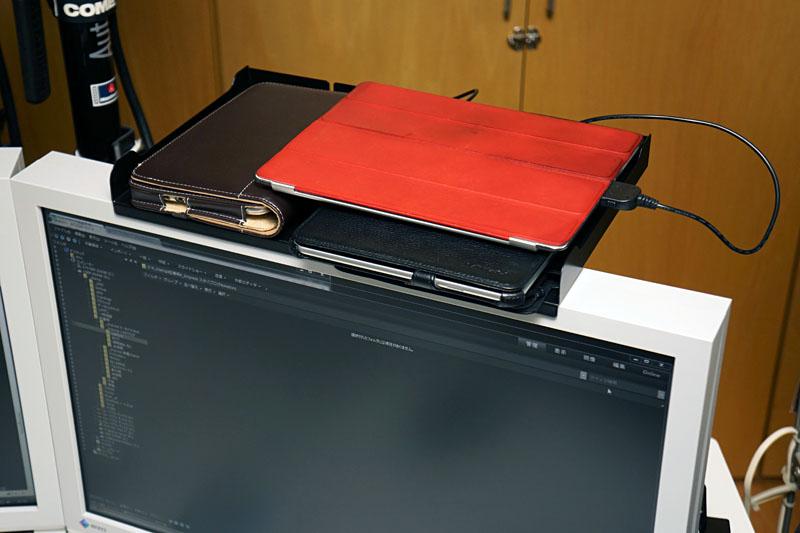 サンワサプライの「液晶ディスプレイVESAマウント取り付け上棚(大) MR-VESA3」。液晶ディスプレイの上部に小物が置けるようになった。