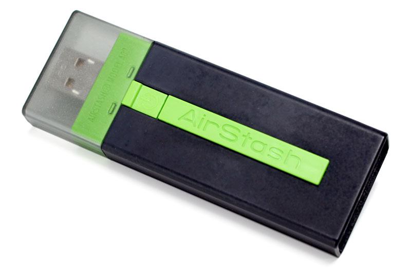日立マクセルの「AirStash」。挿したSD/SDHCカードへ無線LANでアクセスできるアダプタで、SD/SDHCメモリカードリーダーとしても使える。内蔵バッテリー駆動でUSB充電対応。サイズは幅33.2×高さ92.5×奥行き13mmで、本体質量は約41g。2012年4月現在の実勢価格は1万円弱
