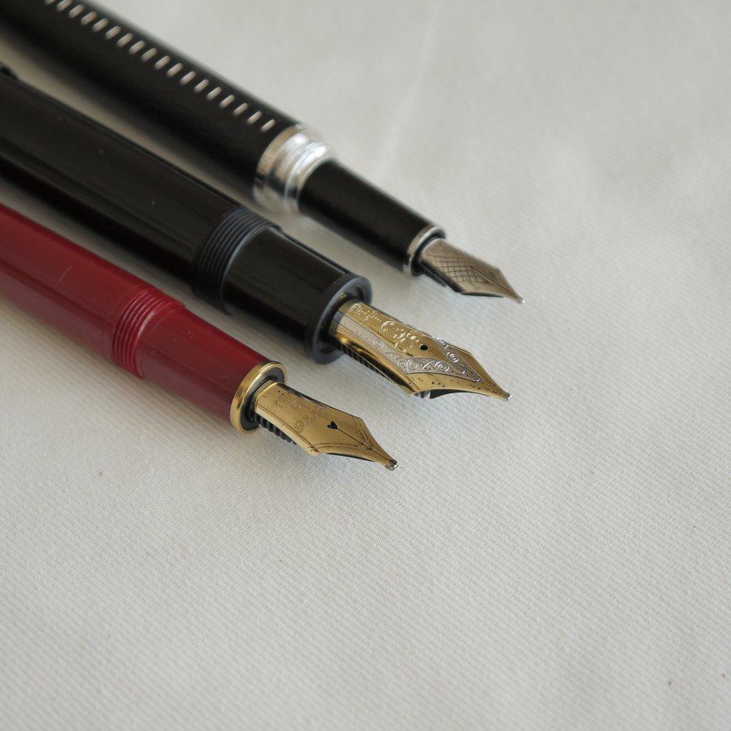 ペン先のダイナミックな太さが「極太」(手前) 右から ルイ・ヴィトン(OMASのOEM製品)のドックキュイール(M)、モンブランのマイスターシュテュック149「太字」、プラチナ#3776バランス「極太」