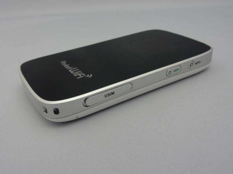 本体右側面にSIMカードスロット、Wi-Fiオンオフを兼ねた電源ボタン、WPSボタン