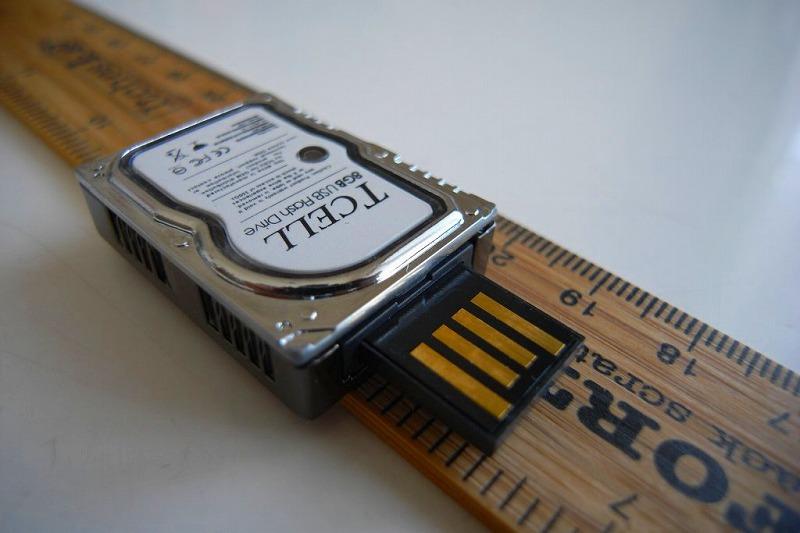USBプラグを押し出した状態のTCELL