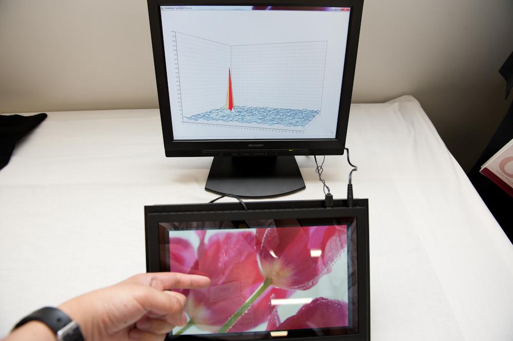 IGZOによるタッチパネルの高性能化のデモ。ノイズが少ないため微細なタッチも検出しやすい