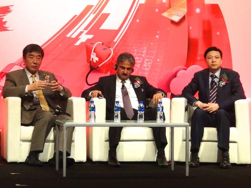 基調講演のパネルディスカッション中のZTEのShi氏(右)と、インドの事業者Bharti AirtelのSingh氏(中)、チャイナモバイルのXi氏(左)