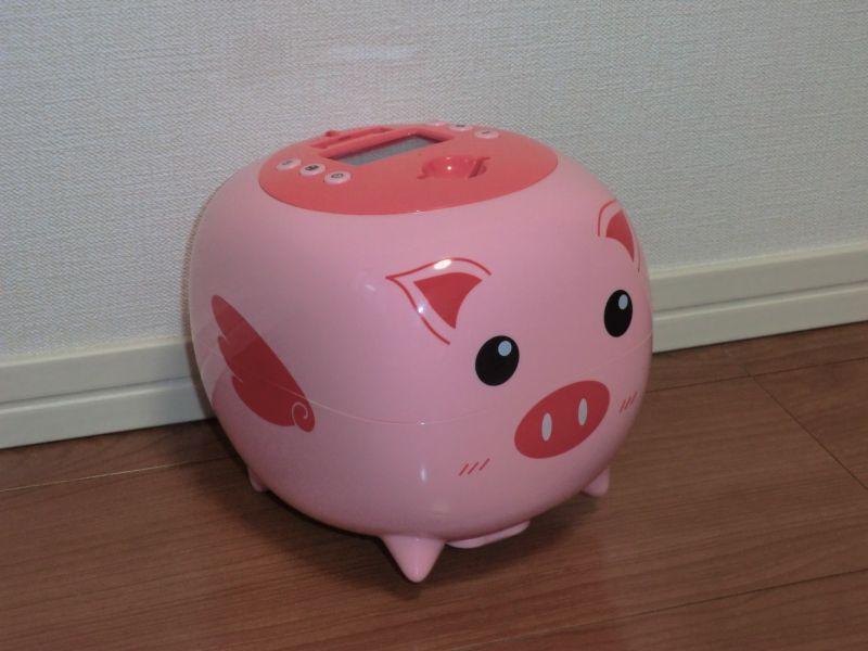 トイレットロールよりもふたまわり程度大きい貯金箱。ブタさんのお腹は結構大きい