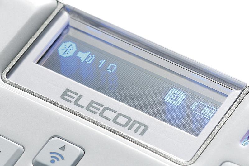 TK-MBD041シリーズの有機ELディスプレイ部。有機ELパネルが透明に近い半透明で、背景が透け、文字が浮かび上がって見える。ちなみに裏面が受話器。ボディーカラーはホワイト、ブルー、ブラックの3色が用意されている