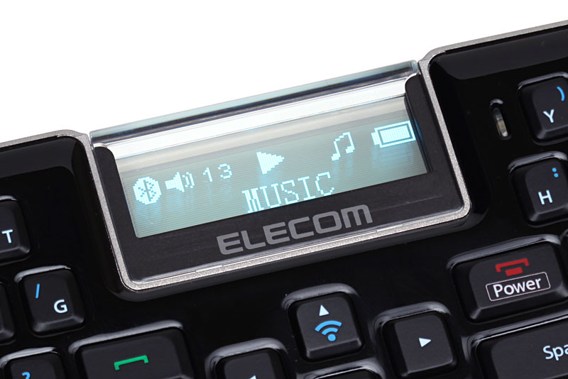 音楽再生時、MBD041の画面には曲の再生状態や音量くらいしか情報が表示されない。ちなみにイヤホンジャック(φ3.5mm)はキーボード面を手前にして右側にある。その近くの角に見えるのはストラップホール