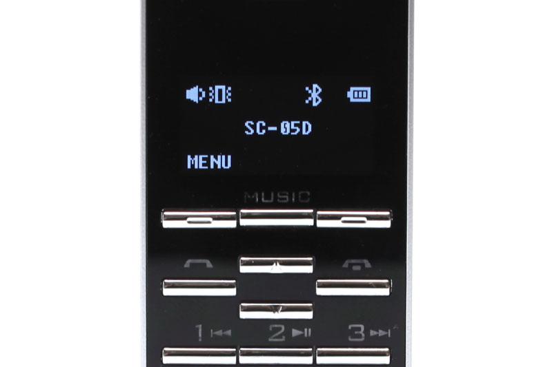 本体上部に3.5mmステレオミニプラグ用のヘッドホンジャックがある。テンキー上部のMUSICボタンを押せば、ミニフォンはオーディオレシーバーとしての動作モードに入る