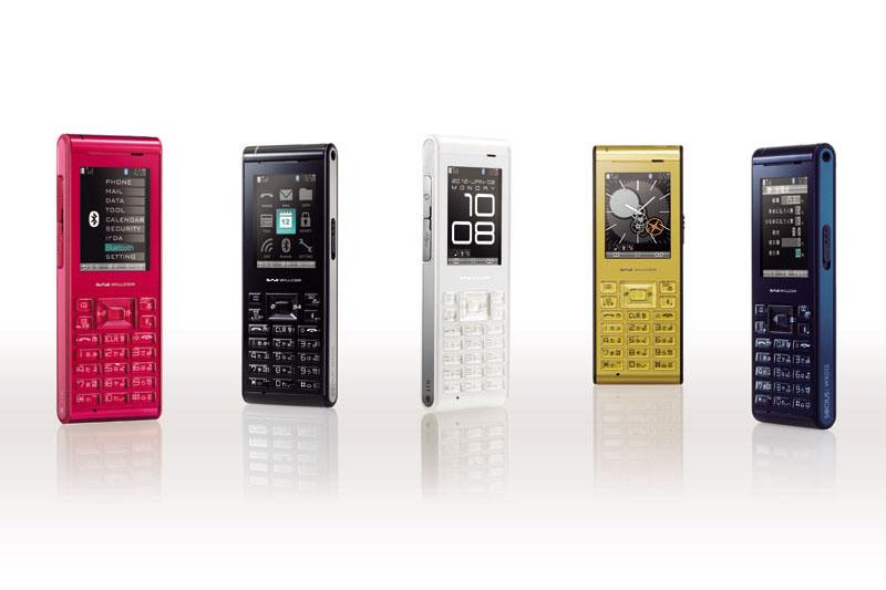 ウィルコムの「WX01S SOCIUS(ソキウス)」(SII製)。通話用途を重視したPHS端末で、スマートフォンとBluetooth接続すれば受話器(ハンドセット)としても機能する。カラーは、ルビー、ブラック、ホワイト、ゴールド、ネイビーの5色がある。中古白ロム(ネイビー)を1万円少々で購入した