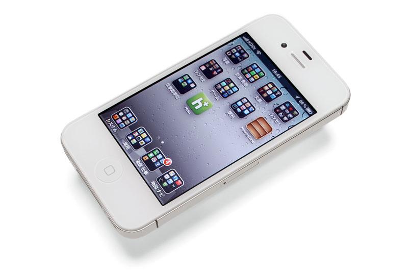 SOCIUSのサイズは約幅4.5×高さ12×厚み1.15cmで、質量は約77g。iPhone 4SやGALAXY Note SC-05Dよりも小さく軽い。2インチの液晶画面の解像度は240×320ドットで、フル充電からの連続通話は約5時間、連続待受は約490時間となっている