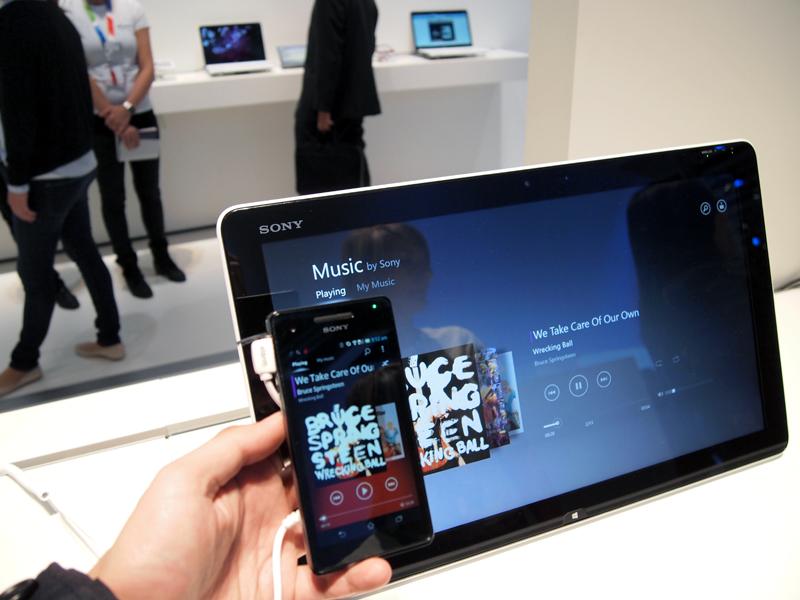 NFCでXperiaと他のソニー製品を連携させている様子