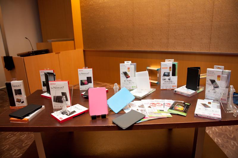 バッファローやエレコムなどからケースや液晶保護フィルムなどアクセサリーも販売される