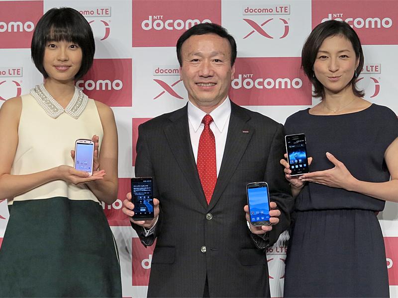 CMキャラの清水くるみ(左)、ドコモ加藤社長、同じくCMキャラの広末涼子