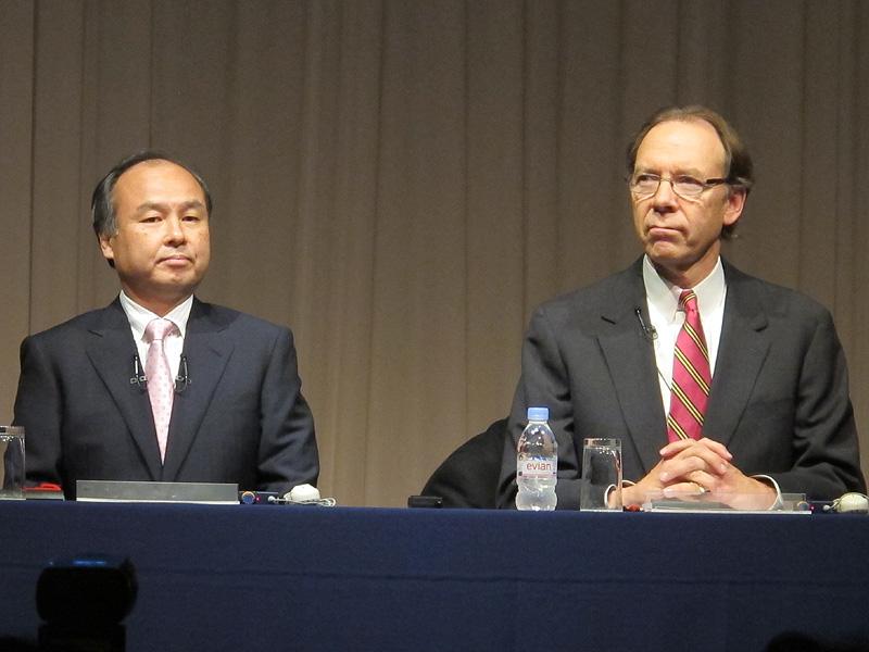 ソフトバンクの孫正義社長(左)とスプリント・ネクステルCEOのダン・ヘッセ氏(右)