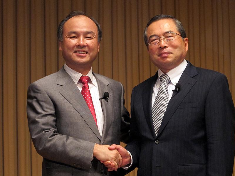 10月1日、ソフトバンクによるイー・アクセス子会社化を発表した、ソフトバンクの孫氏(左)とイー・アクセスの千本氏(右)