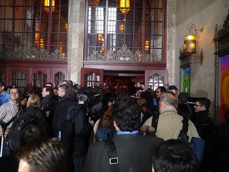 午前9時の開場にあわせて入場する報道関係者