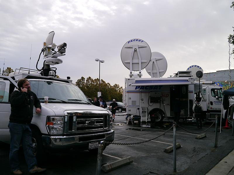 テレビ各局も現地からの中継の体制を整えていた