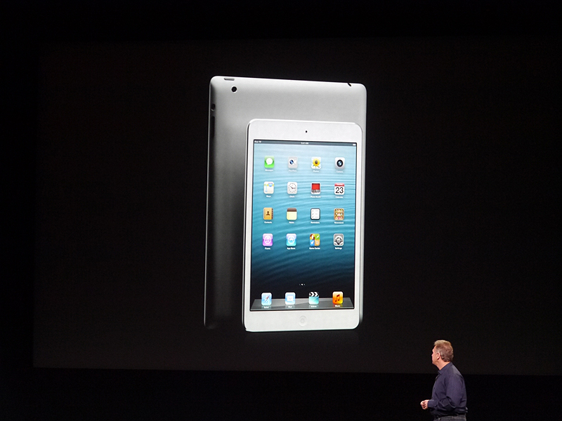 第4世代のiPadの裏側を見せるのかと思いきや、そこには噂されていたiPad miniが。会場からは拍手が起こる