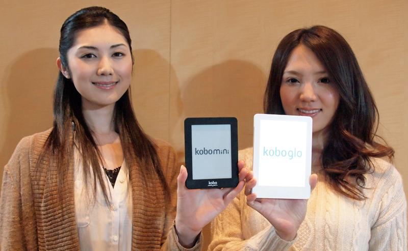 左が「kobo mini」、右が「kobo glo」。6インチと5インチで1インチしか違わないとはいえ、並べると大きさの違いがわかる