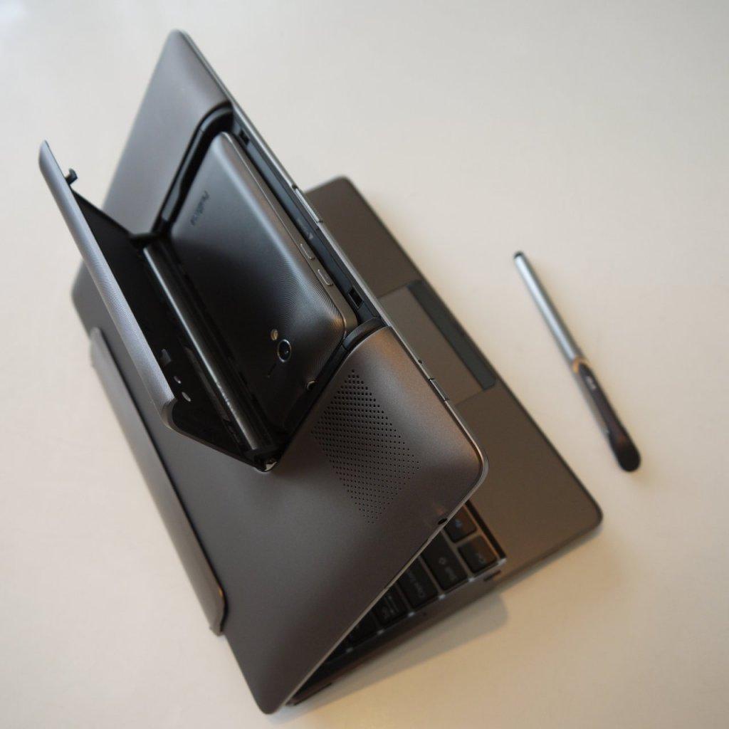 ASUSのスマホがタブレットにトランスフォームする商品「PadFone」とそのメーカー純正オプションであるハンドセット・スタイラス(右端)