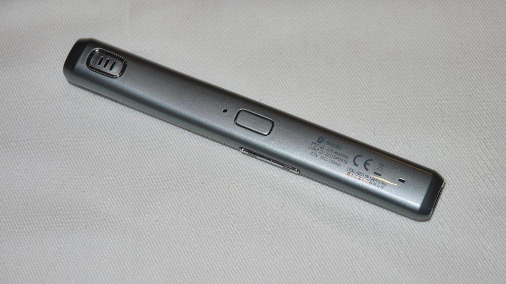 スピーカー(左端)とマイクロフォン(右端の小さな穴)そして受話スイッチ(中央)の3つが等距離で配置されている