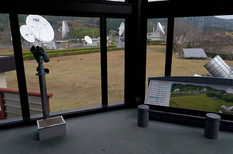 KDDIパラボラ館に入ってすぐにある衛星と打ち上げ用ロケットの模型