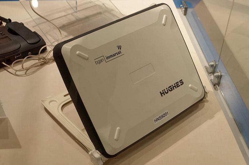 492kbpsでデータ通信も可能な端末「インマルサットBGAN」。重さは約3.2kg
