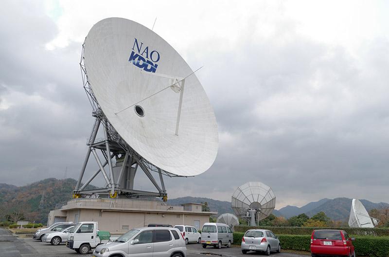 電波望遠鏡のすぐ右下にある中型のパラボラアンテナが、今回の実証実験で利用したもの