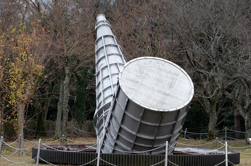古いパラボラアンテナを解体した際に、モニュメントとして残したという巨大な部品。これがパラボラアンテナの内部で実際に電波の送受信を行う本体と言えるものだ