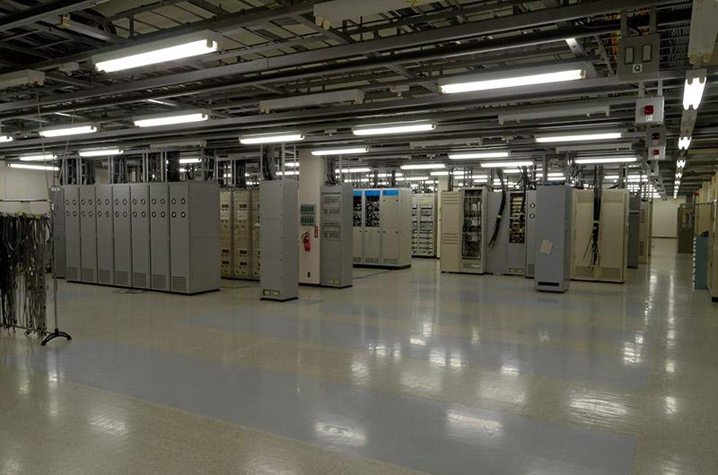 通信機室内も見学が許された。所内は常時2名が24時間、2交代制で勤務する