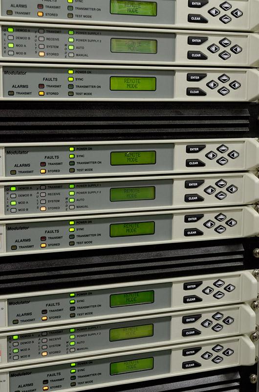 テレビ映像を海外へ伝送するためのモジュレーター。最大10伝送まで可能