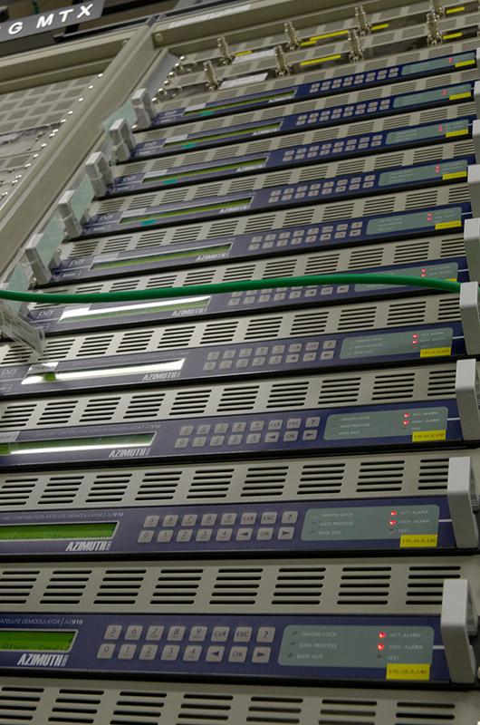 海外からの映像を東京・大手町に伝送するためのデモジュレーター。最大9伝送まで可能