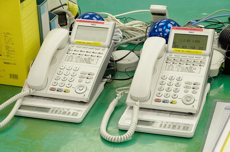 船舶からのSOS時に着信する電話機。必要な資格を持つ者だけがこの電話に出ることができる
